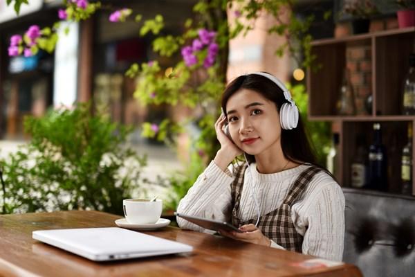 摄图网_501316170_坐着听歌的女生(企业商用)_副本.jpg